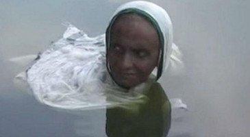 Индийская женщина сидит 20 лет по шею в озере