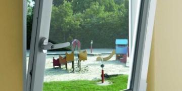Стоит ли покупать металлопластиковое окно в детскую: «за» и «против»