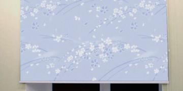 Сшитые на заказ рулонные шторы на окна в интерьере комнаты
