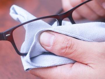 Стали хуже видеть в очках? - протрите их.