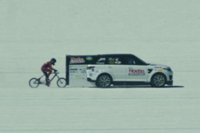 300 км/ч на велосипеде: американка проехалась быстрее, чем взлетающий Боинг