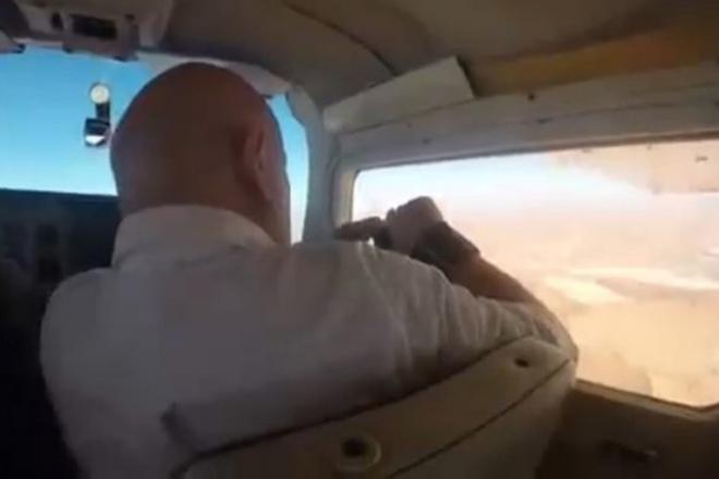 Пилот хотел сделать фото из окна самолета и попал под действие законов физики