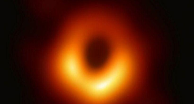 Фото дня: первый в истории снимок черной дыры