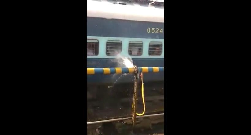 Видео: В Индии прорыв водопровода устроил пассажирам проходящего поезда внезапный душ
